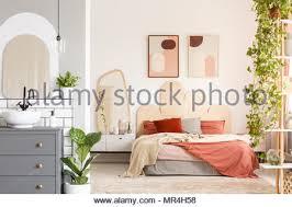 bett und badezimmer im modernen schlafzimmer stockfotografie