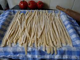 pâtes fraiches tagliatelles faites maison avec beaucoup d