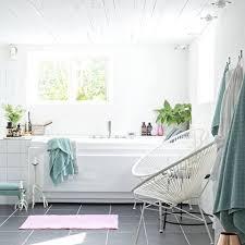 mit ein paar coolen stühlen wird euer badezimmer ganz