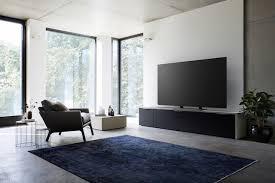 offenes helles wohnzimmer minimalistisch mit fokus auf