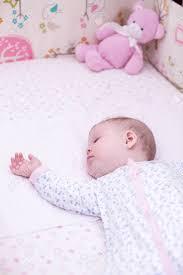 baby mädchen schlafen in ihrem bettchen