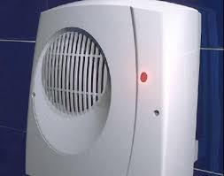 un radiateur soufflant dans la salle de bains pour se chauffer pas