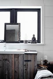 rustikale waschtisch aus holzbrettern bild kaufen