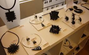 bijoux en chambre a air photos de la galerie des créateurs noir et blanc touques