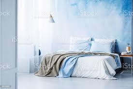 gelbe und blaue bettwäsche auf weißen bett innen minimal schlafzimmer mit le auf holztisch stockfoto und mehr bilder bett