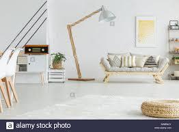 geräumige weiß wohnzimmer mit geometrischen muster an der