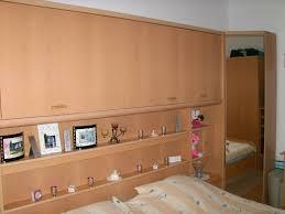 komplettes schlafzimmer mit überbau über den betten
