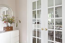 eine doppelflügeltür mit glasteilenden sprossen und