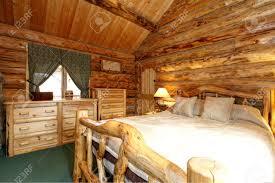 warm gemütliches schlafzimmer mit rustikalen bett nachttisch und kommode grüner teppichboden und vorhänge blockhaus haus innen