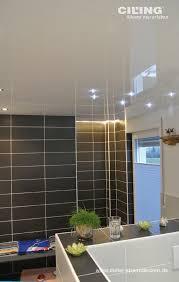 modernes badezimmer deckenhoch gefließt und glänzende weiße