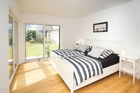 schlafzimmer mit zwei terassentüren fischerhaus
