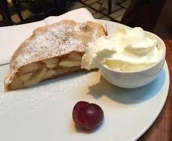 dessert avec creme fouettee strudel maison avec crème fouettée picture of tian bistro