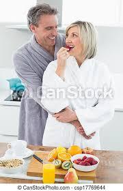 ein mann der eine frau hinten in der küche umarmt ein