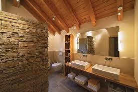 rustikales und warmes badezimmer holzwoi