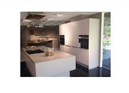 küche mit zwei zeilen und großer kochinsel große küche mit elektrischen hängeschränken