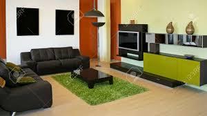 moderne wohnzimmer mit grün und terracotta farben