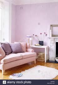 mauve rosa lackiert wohnzimmer mit sofa und fell teppich