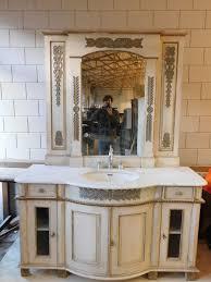 französischer badschrank spiegel im neoklassizistischen