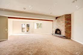 geräumige leere wohnzimmer innenraum mit teppichboden und gemauerten kamin northwest usa