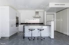 Moderne Weisse Küchen Bilder Moderne Weiße Küche Mit Insel Und Hocker Stockfoto Und Mehr Bilder Architektur