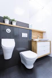 schwarze fliesen im badezimmer in der wohnung stockfoto