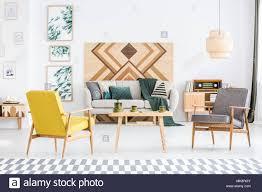 gelb und grau holz sessel im wohnzimmer einrichtung mit