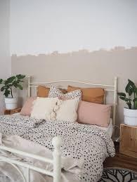 schlafzimmer pastell kissen bettwäsche wandfarb
