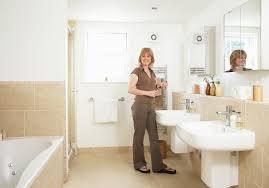 frau in badezimmer mit zwei bild kaufen 11307416