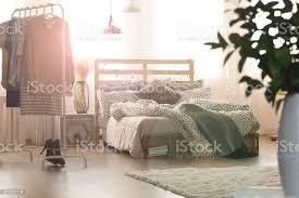 schlafzimmer mit bett und len stockfoto und mehr bilder ballettstange
