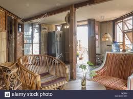 rattan stuhl und sessel und kühlschrank im land loft