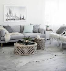 canapé gris taupe un salon en gris et blanc c est chic voilà 82 photos qui en témoignent