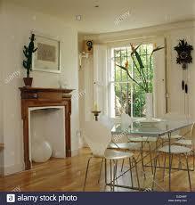 alte stühle moderner tisch stockfotos und bilder kaufen alamy