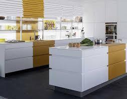 leicht extravagante designküche weiß gelb meda gute küchen