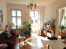 wunderschönes lichtdurchflutets wohnzimmer mit balkonzugang