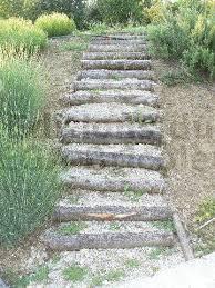 escaliers de jardin en rondins de bois autoconstruction