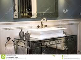 teure badezimmer wanne und widergespiegeltes kabinett