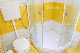 gelbe badezimmer innen stockfoto und mehr bilder ausrüstung und geräte