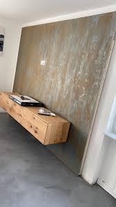 rosttechnik an einer tv wand im wohnzimmer industrial look