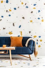 holztisch vor blauen mit orange kissen in bunte wohnzimmer interieur echtes foto stockfoto und mehr bilder blau