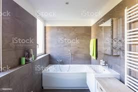 elegantes badezimmer mit dunklen fliesen stockfoto und mehr bilder architektur