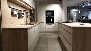 moderne nobilia küche mit matten fronten und hochwertigen edelstahlgriffen marken geräte aeg inklusive planungswelten