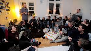 wohnzimmer dialoge studenten laden daheim zur diskussion