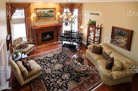 wohngebäude formelles wohnzimmer klavier perserteppich kamin stockfoto und mehr bilder ansicht oben