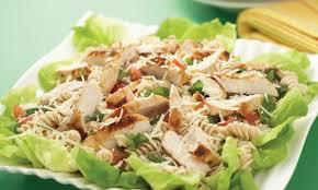 poulet grillé avec salade de pâtes chaude aux cinq herbes le
