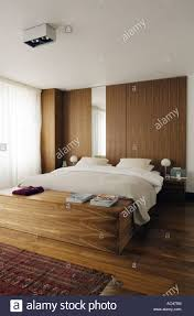 moderne holz getäfelten schlafzimmer mit walnuss boden