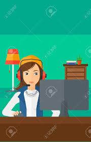 eine frau in den kopfhörern vor dem computer monitor mit maus in der auf wohnzimmer hintergrund vektor flache design illustration sitzt