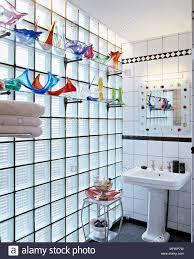modernes badezimmer mit standwaschbecken dekorative spiegel