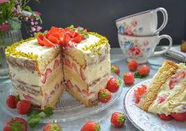 fruchtiger erdbeerkuchen mit pudding creme und biskuitboden