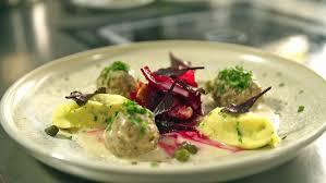 auf einem teller sind königsberger klopse rote bete salat
