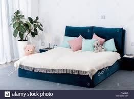 innenansicht schlafzimmer mit blau bett und spielzeug